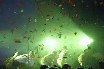 DJ i konfetti hav